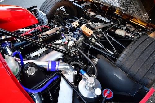 リアカウルにはホンダの名機K20Aが鎮座する。ターボを装備し350psを発生。イケヤ式シームレストランスミッションは5速だ