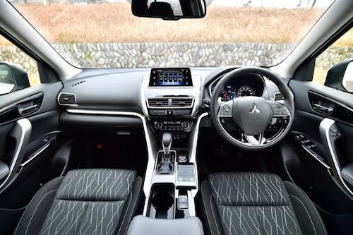 車両が傾いているか否かを判断しやすい水平基調のインパネ。パジェロ等本格派SUVに長けた三菱らしいデザイン哲学だ