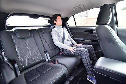 後席の頭上が狭くなりがちなクーペルックながら、成人男性が座っても充分の空間を確保