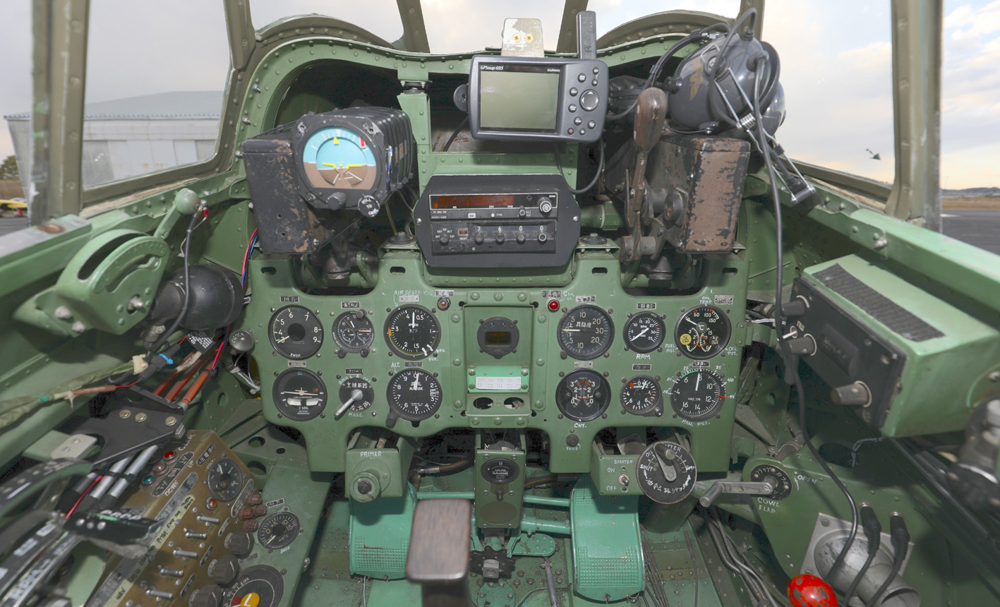 零戦22型の計器盤。離昇出力1130馬力、最高速度540㎞/h、航続距離は2560㎞。オリジナルは栄二一型だが損傷が激しく同時期の米国P&W製R-1830ツインワスプエンジンに換装している