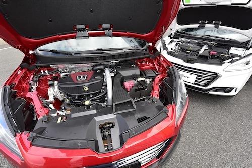 左がスポーティなモデル「GT220」、右が標準の「GT」。エンジンルームの作り込みもさすが