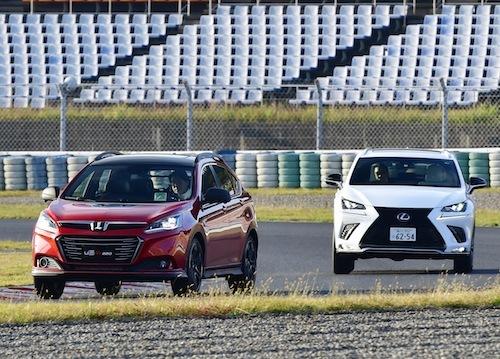 国産車だとレクサスNXがライバルになる。軽快なU6に対し、NXはどっしりとした操縦性で対照的だ