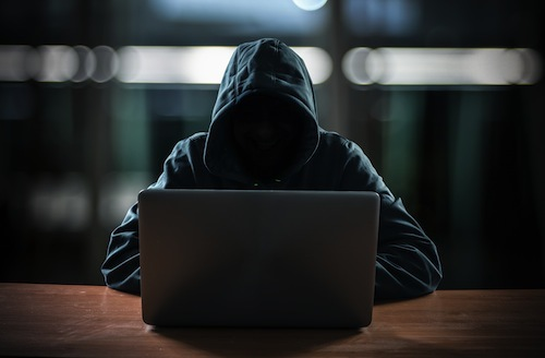 ハッキングはクルマのそばにいなくても可能だ。幾重にもセキュリティが存在しているものの、双方向通信のクルマの場合はハッキングの可能性がないとはいえないのだ