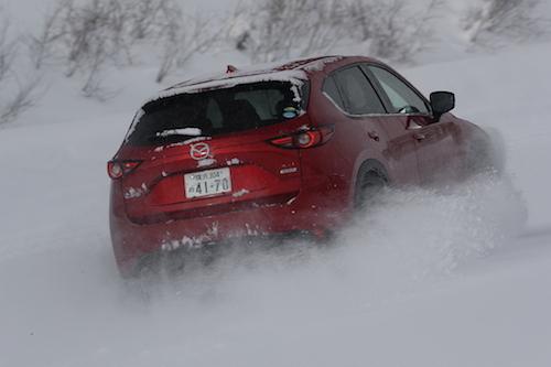 写真はCX-5。マツダはセンサーを駆使して四輪の駆動力を自在に操る新世代4WDを各車に搭載してきているが、その実力はハードな雪道でも発揮できるのか?