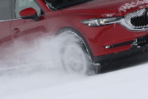スムーズな運転は、アクセルを踏んだイメージと車の加速がマッチしていないと不可能。雪道こそ、そうした車の出来を計るにはもってこいの舞台