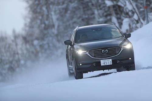 凹凸のある積雪路をゆくCX-8。雪道では適切な駆動力を伝えつつ、路面のショックをいなす足回りの実力が試される