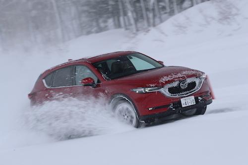 FFのデミオ(上)と4WDのCX-5。さまざまな駆動方式を雪上で乗ることで、マツダの車作りの原点が見えた