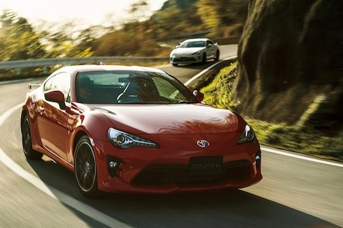 日本では86など一部を除き、大半の車種にハイブリッドを設定するトヨタ。この方法を、今後は海外でも推し進めていく