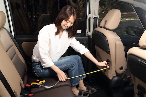 3列目と助手席に人が空間を最低限確保したうえで、2列目の足もとは広い空間を確保