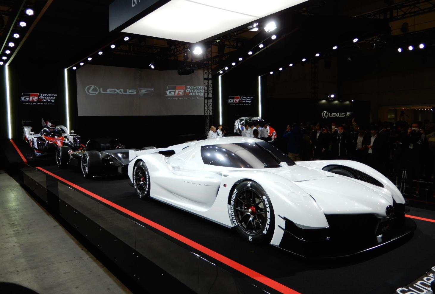 会場ではGRスーパースポーツコンセプト、その奥にシャシーのみのテスト車、さらに奥にTS050ハイブリッドが飾られ、レーシングマシンの延長にこのコンセプトカーがあることを強調