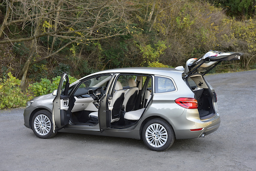 BMW初の3列ミニバン、2シリーズグランドツアラー。全長4565×全幅1800mmというサイズはノア、セレナ等と比べて「ショート&ワイド」だ