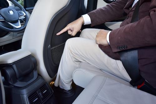 BMW 218dの2列目。前席の裏側は写真のとおり、えぐられていて、2列目乗員の膝元が収まりやすい設計としている