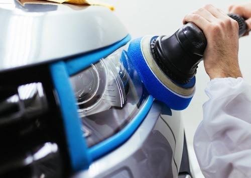 ライトの表面を研磨するとキレイになるが、表面のコーティング層も完全に削ってしまうので青空駐車の場合はすぐにまた黄ばみが出てくる