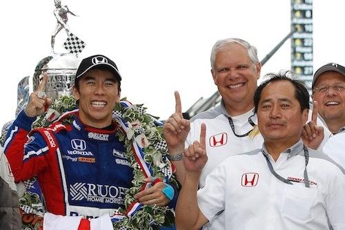 2017年に日本人、そしてアジア人初のインディ500制覇を果たした佐藤琢磨を支えた田辺氏(右手前)。2017年までHPDのレースチーム チーフエンジニアを務めた