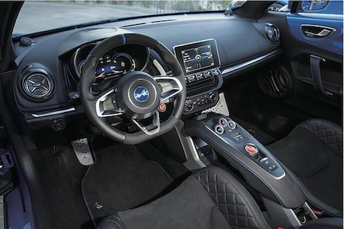 トランスミッションはルノー製のDCT。インテリアもルノー車の意匠を感じつつスポーティな仕上げ