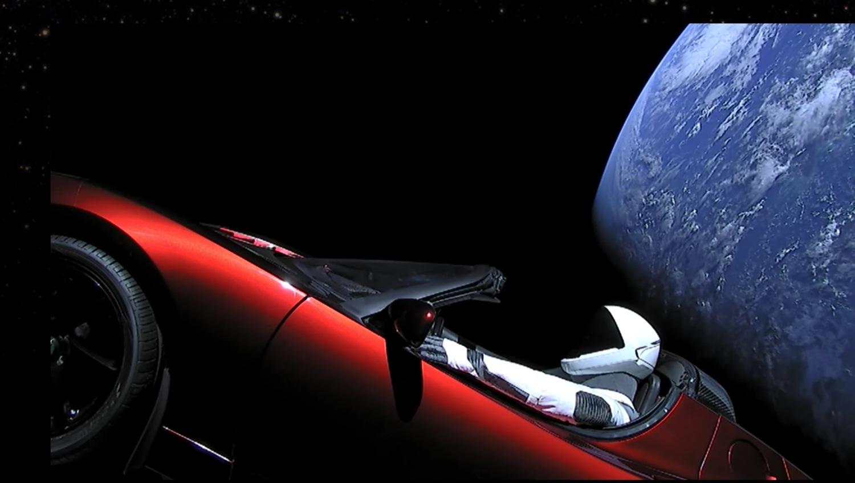 青い地球をバックに走る(ように見える)真っ赤なテスラ・ロードスター