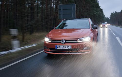雨降るドイツの道をゆくVWポロ。高速での抜群の安定性は国産勢にはない美点