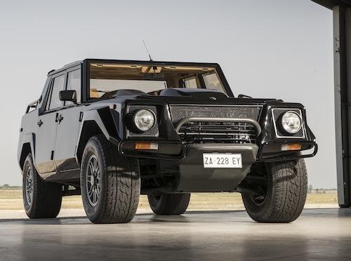 LM002の出自は軍用車になる。ちなみにエンジンはカウンタックの5.2LのV12がベース