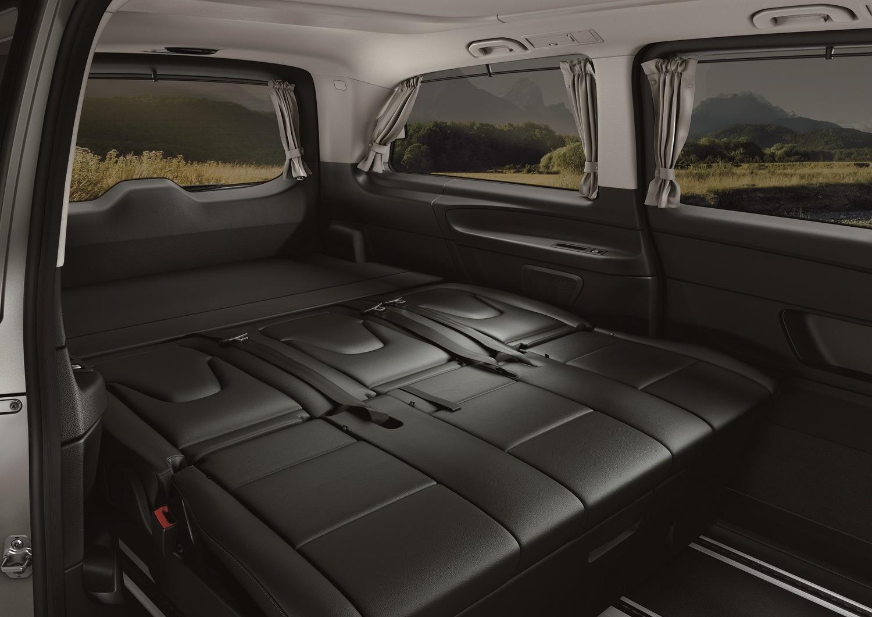 シートをフラットにして3名が就寝可能。シート下部には荷物をしまえるスペースもある