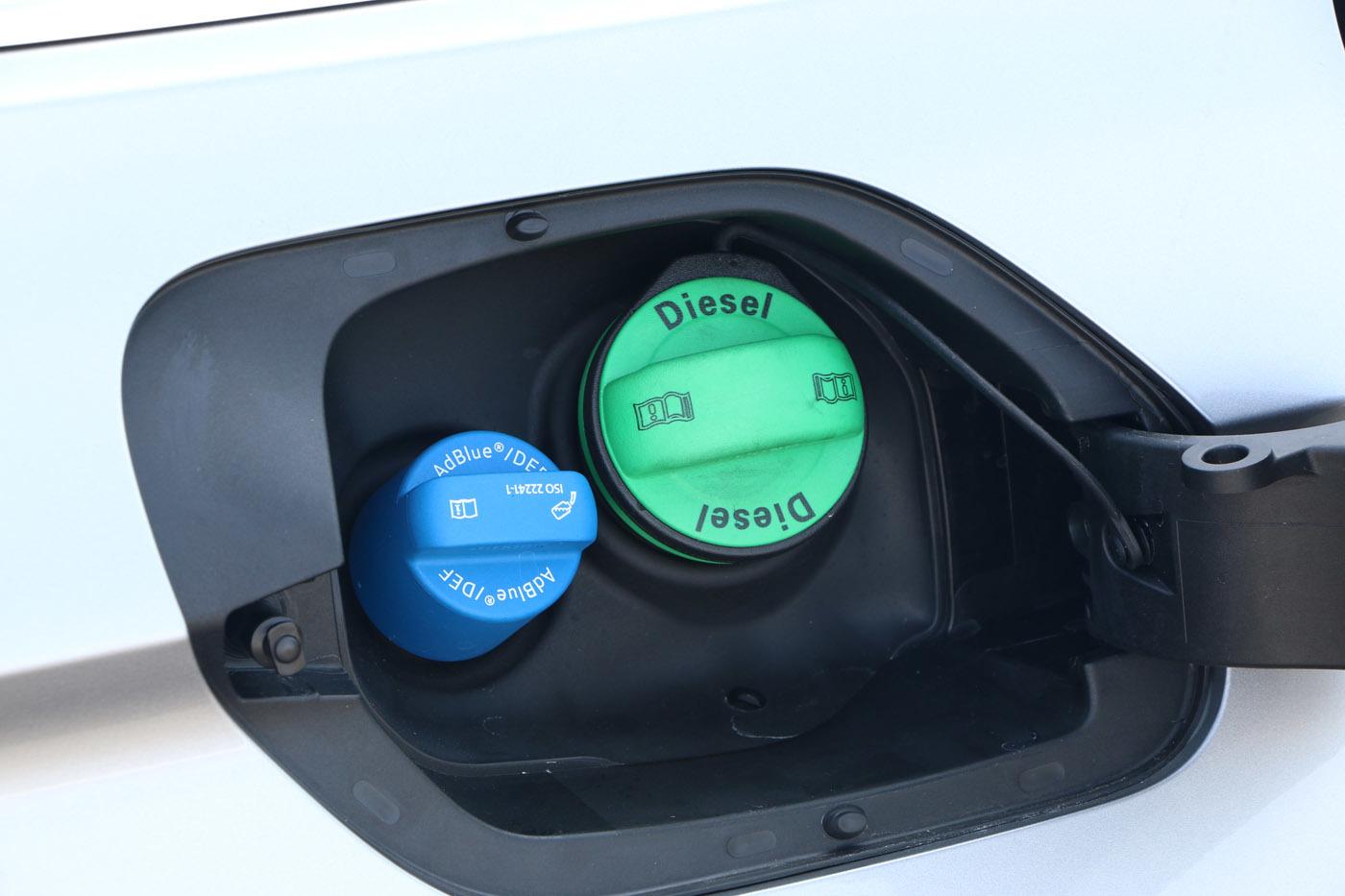 軽油の給油口のすぐ横に尿素を入れる「
