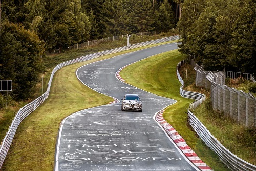 ニュルで開発を行うアルファロメオ ステルヴィオ。曲がりくねり、起伏のある路面が車の安全性を高める