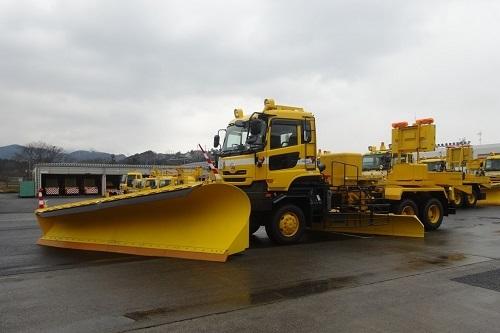 こちらはUDトラックスの大型トラックをベースとした除雪車。前部のスノープラウで雪をかく