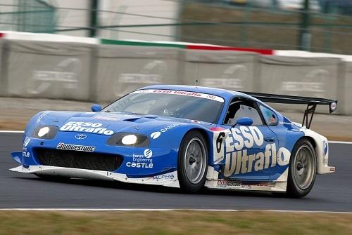 脇阪寿一/飯田章のコンビで2002年の全日本GT選手権を制したエッソ ウルトラフロー スープラ。 鮮やかなブルーのスープラは、その好成績も相まって一躍人気に