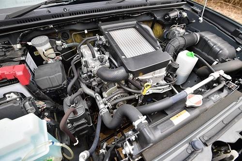 K6A型エンジン。最高出力:64ps/6500rpm、最大トルク:10.5kgm/3500rpm