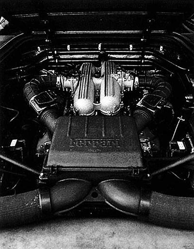 重心を下げるため縦置きとなったV8、3.4ℓ32バルブエンジンは横置きミッションと組み合わされた