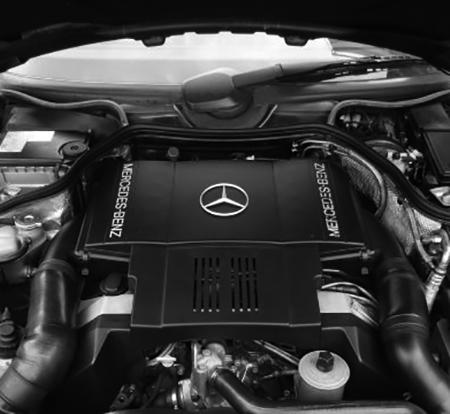 500SLに搭載される90度V型8気筒DOHC32バルブを搭載したところが最大のポイント。330ps、50㎏mの強大なパワーとトルクを発生した