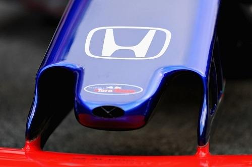 """これまでと違うブルーのマシンに彩られたホンダエンブレム。文字通りマクラーレンとトロロッソはまったく""""チームカラー""""が異なる"""