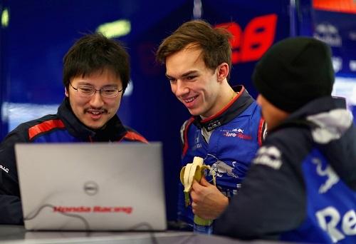 ホンダのスタッフとドライバーのピエール・ガスリー。その表情からもチームとしての風通しのよさが伺える