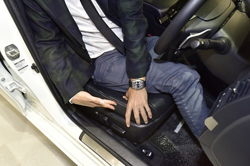 このように指で押してみてサイドサポートが潰れやすい場合、横方向に身体が動きやすく疲れやすい