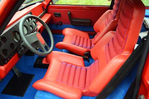 インテリアはイタリア人工業デザイナー、マリオ・ベリーニが手がけ、真っ赤なシートやダッシュボードなどが話題となった