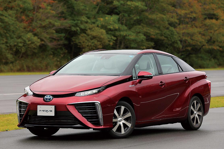 トヨタの次世代技術を象徴するモデル「MIRAI」。水素ステーションで水素を充填する