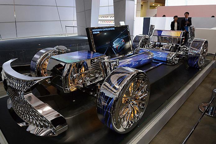 2017年の東京モーターショー、レクサスブースに登場したLSの燃料電池車。こちらも着々と開発は進んでいるという