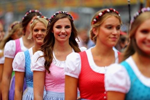 露出度の高い衣装は少なく、昨今では各国の特徴ある民俗衣装を纏い、グランプリを彩っていたグリッドガール