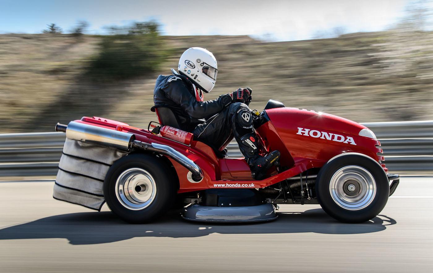 エンジンはホンダ製大型スポーツバイク「VTR1000Fファイアーストーム」の995ccV型2気筒DOHCエンジンに換装。最高出力は元の5倍となる109馬力まで高められた。さらにパドルシフト付き6速トランスミッションや、クロームモリブデン鋼を用いて新たに製作された軽量高剛性フレームなどを採用し、時速0km-100km加速は4秒というモンスター芝刈り機に変貌。こういう才能の無駄遣い、大好きです