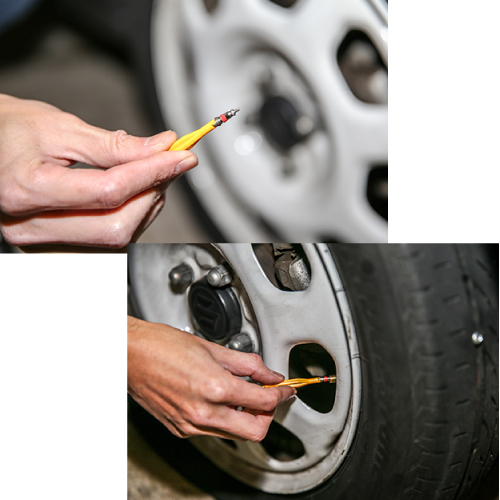 ②バルブコアを外す…パンク修理剤を使用する前準備として、タイヤ内に残っている空気をすべて抜いておく必要がある。付属されているバルブコア回しでバルブコア(ムシ)の突起部分を押すことで空気が抜ける。しばらくして空気がすべて抜けた状態になったら、バルブコアを回して外す