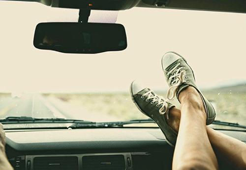 違反うんぬんではなく、フロントからのエアバッグが展開するような衝突事故の場合、この足は骨折か酷ければ切断の危険がある