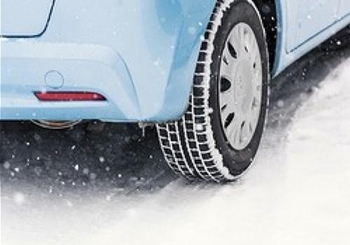 東京の水分を多く含んだ雪は滑りやすい。ノーマルタイヤでの走行は言語道断だ