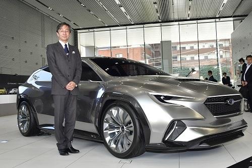 ツアラーコンセプトと石井デザイン部長。量産車のデザイン時は「コンセプトカーと量産型のクレイモデルを並べて最終デザインを固める」という。まさに今回展示されたコンセプトカーと市販車には密接な関係があるのだ