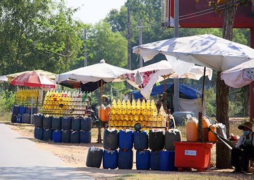 カンボジアのガソリン販売風景。これを見るとエンジン制御の必要性を感じる