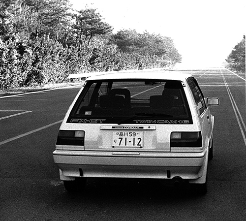 リアウインドゥのFX-GT TWINCAM16の文字が誇らしげで、ライバルを挑発した