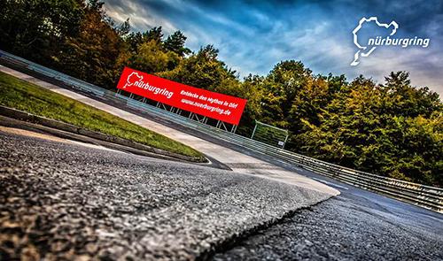 超高速から超低速コーナーがあり、路面が荒れていて世界一過酷なサーキットといわれるニュルブルクリンク