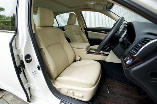 立体的なサイドサポートを持つクラウンのシート。こうした形状にやシートの硬さも疲れにくさに影響を与える