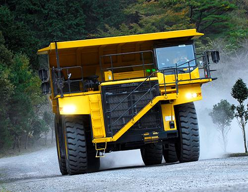 コマツHD785。運転席までは階段で上がる。空車質量:72.3 t、積載質量:91t、全高:5050mm