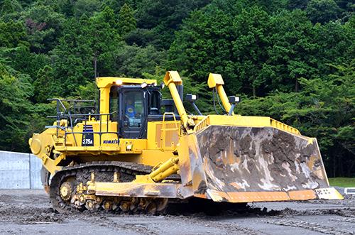 コマツD375A。ブルドーザとしては中型となる。機械質量:72.2t、全長:10195mm