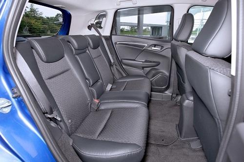 フィットの後席。センタータンクレイアウトの恩恵で小型車とは思えないレッグスペースはライバルの追随を許さない(写真は改良前モデル))