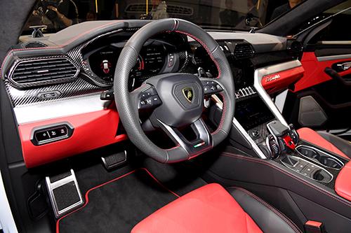 〝速さ自慢とオフ走行を強調するウルス。直線デザインが格好いい。上写真はその室内。V8、4ℓエンジン、最高出力/最大トルク:650㎰/86.7kgm